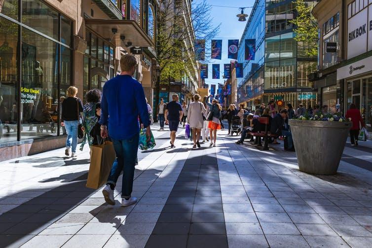 Des piétons déambulent dans une rue de Stockholm, en Suède