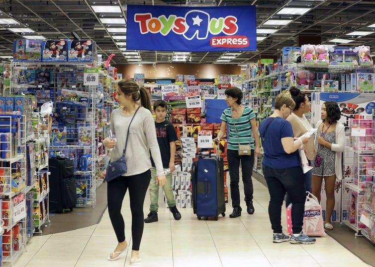 Des consommateurs au Toys «R» Us